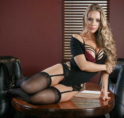 Office boss Nicole Aniston�s afternoon..