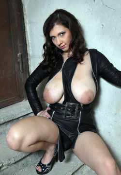 Sexy babe Lina unzips her latex dress..