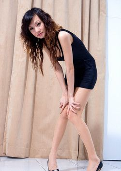 Asian babe Abby demonstrates her long..